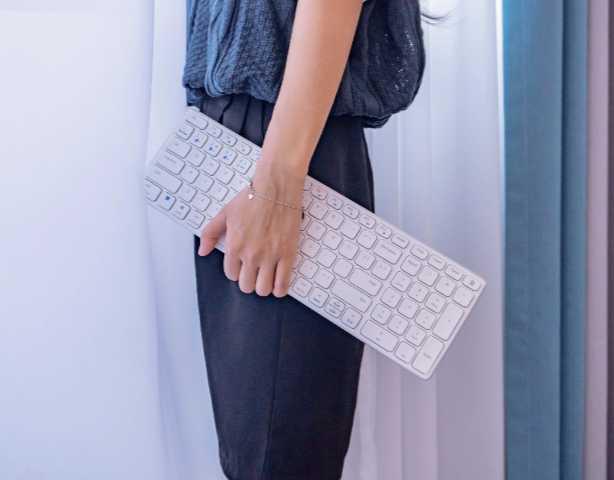 轻巧便携,锋芒难掩——雷柏E9350G多模无线刀锋键盘